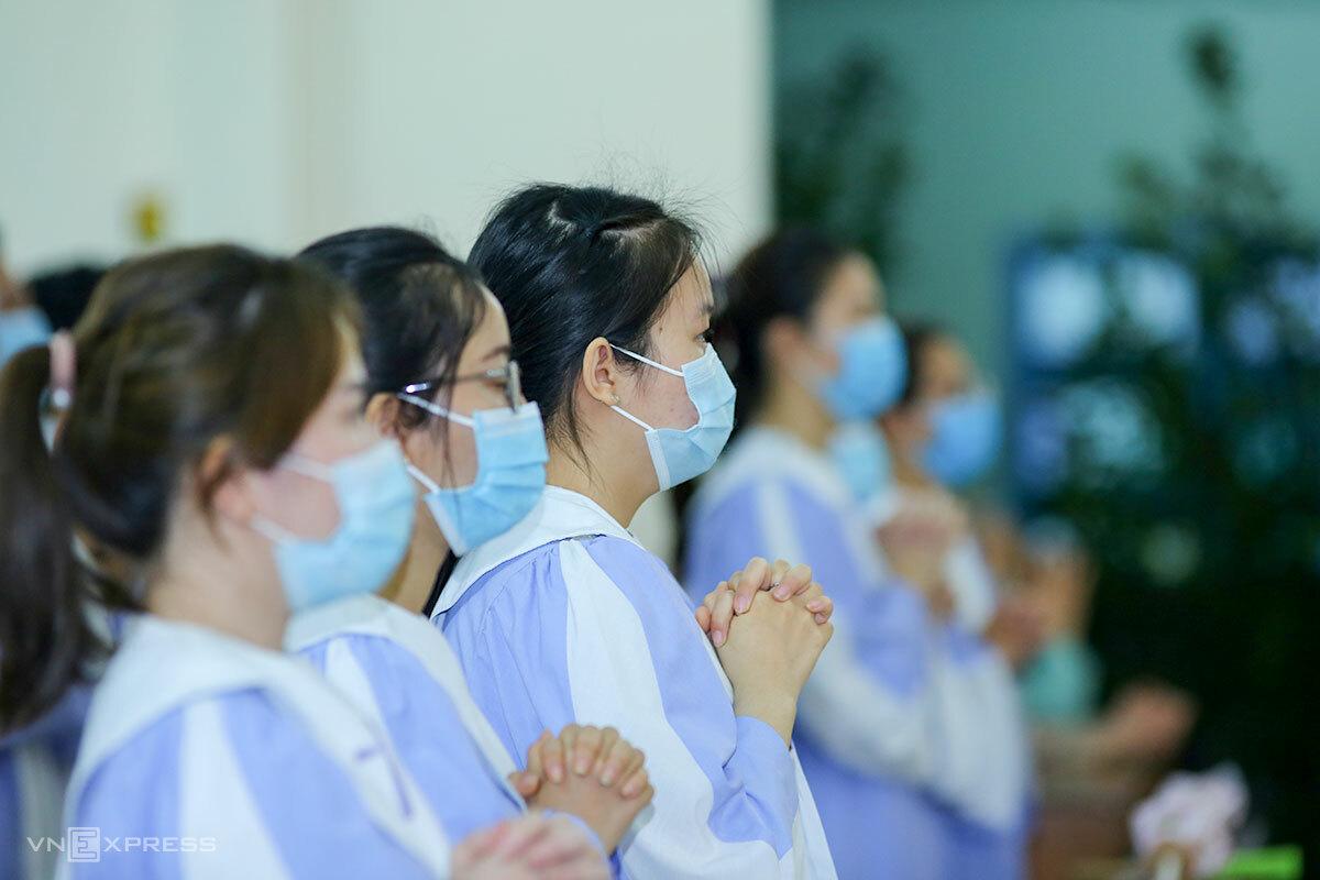 Giáo dân ở Đà Nẵng đeo khẩu trang khi tham dự thánh lễ, ngày 1/4. Ảnh: Nguyễn Đông.