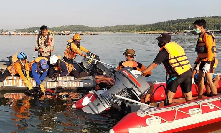 Lực lượng cứu hộ giải cứu các nạn nhân trong vụ lật thuyền ở Boyolali, Trung Java, Indonesia, hôm 15/5. Ảnh: AFP.