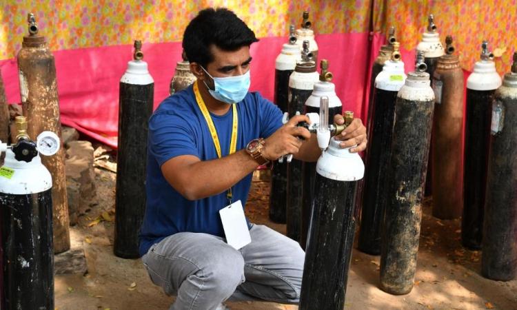 Shahnawaz Shaikh kiểm tra các bình oxy ở Mumbai hôm 28/4. Ảnh: CNN.
