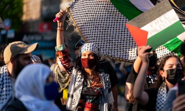 Siêu mẫu Mỹ Bella Hadid (khẩu trang đỏ) tham gia biểu tình ủng hộ Palestine ở New York hôm 15/5. Ảnh: Twitter/Palestine qadi.