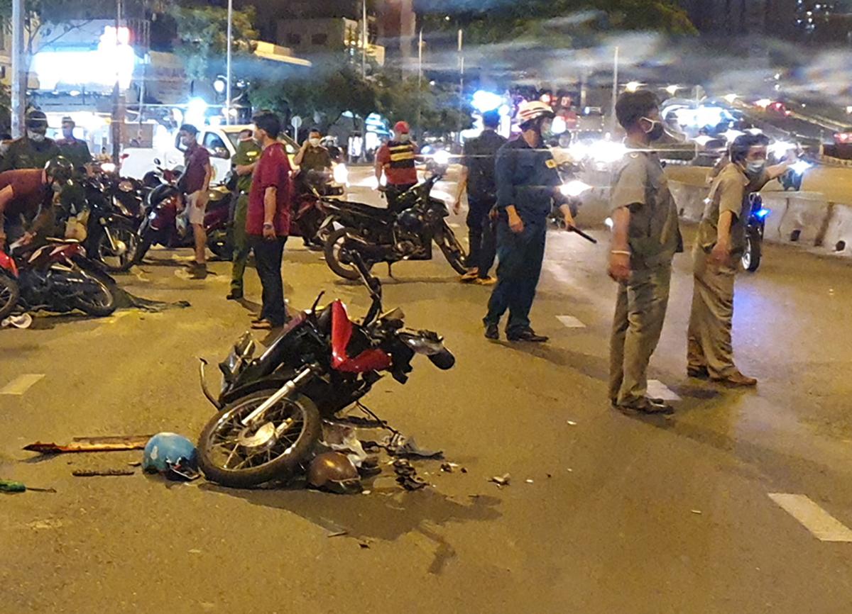 Xe máy của hai cô gái bị hư hỏng sau sự việc. Ảnh: Đình Văn.