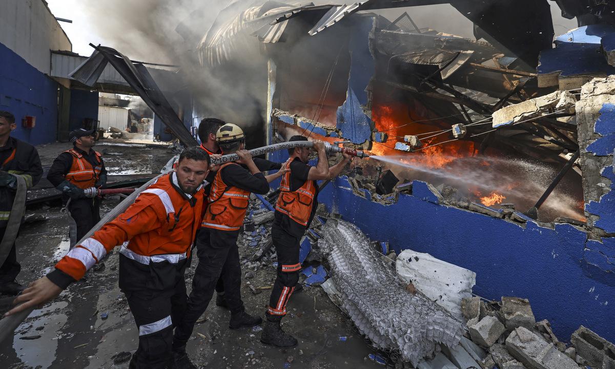 Lính cứu hỏa dập một đám cháy sau đòn không kích của Israel vào bắc Dải Gaza hôm nay. Ảnh: AFP.