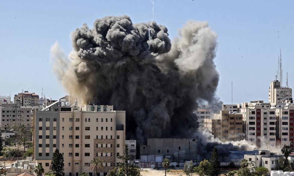 Cột khói bốc lên sau khi tháp Jala đổ sập hôm 15/5. Ảnh: AFP.