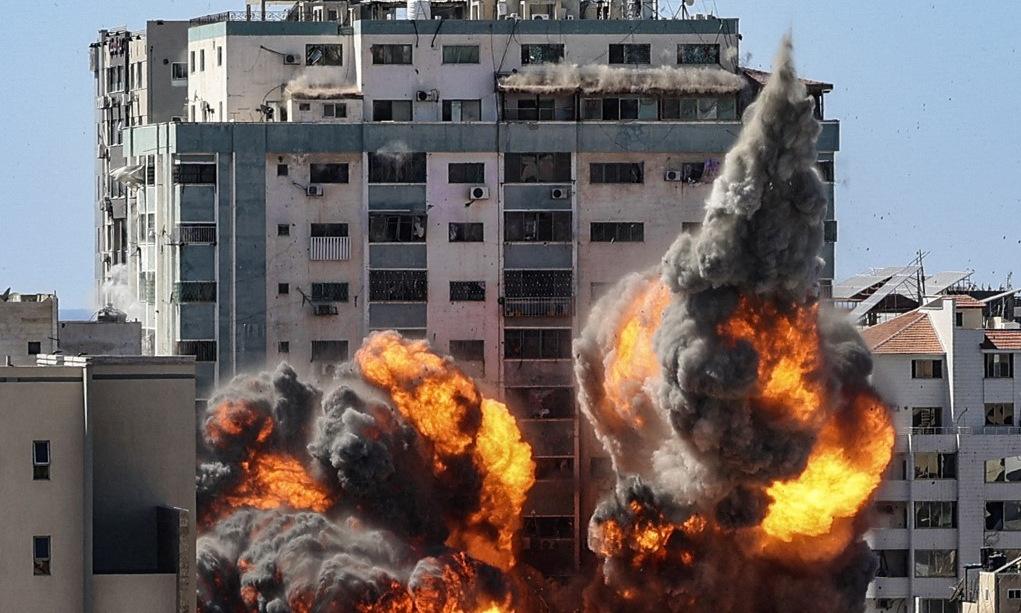 Cột lửa bùng lên khi tháp Jala trúng tên lửa Israel hôm 15/5. Ảnh: AFP.