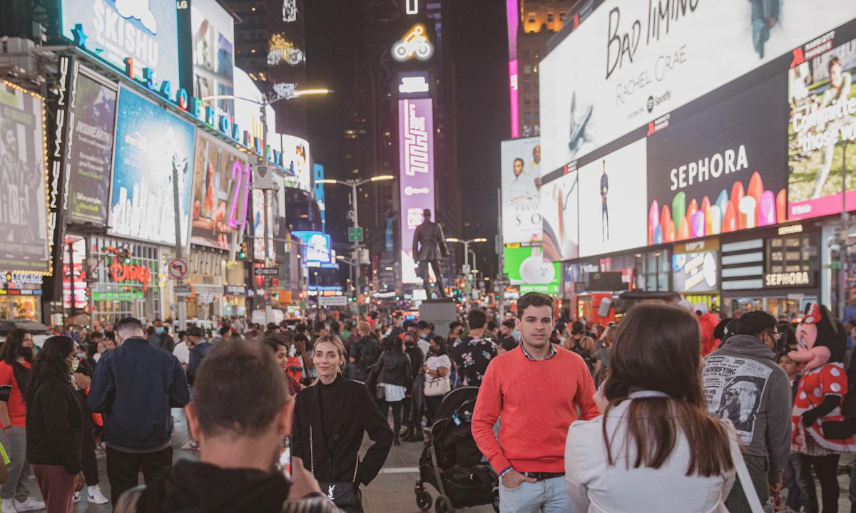 Nhiều người không đeo khẩu trang tại Quảng trường Thời đại ở New York ngày 14/5. Ảnh: Washington Post.