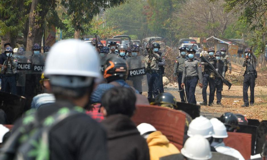 Người biểu tình đụng độ cảnh sát Myanmar hồi tháng 3. Ảnh: AFP.