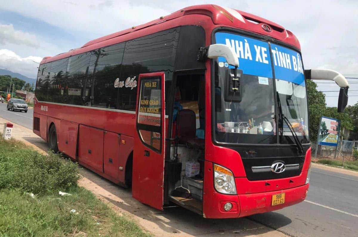 Xe khách chở 5 người Trung Quốc nhập cảnh trái phép. Ảnh: Thái Hà