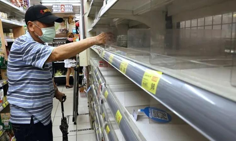 Các kệ hàng trống trơn tại một siêu thị ở Đài Bắc. Ảnh: Reuters.