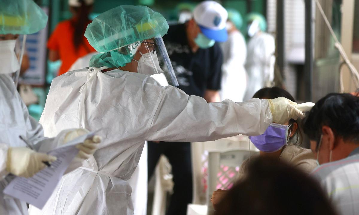 Nhân viên y tế tại một điểm xét nghiệm ở Đài Bắc hôm 17/5. Ảnh: Reuters.