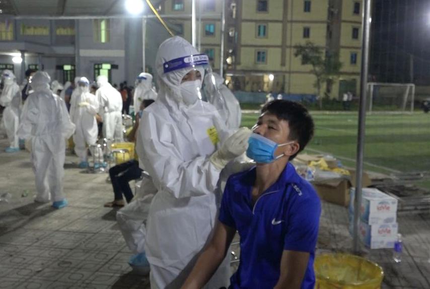 Sinh viên Đại học Kỹ thuật Y tế Hải Dương lấy mẫu cho người dân đến gần nửa đêm. Ảnh: Nhân vật cung cấp