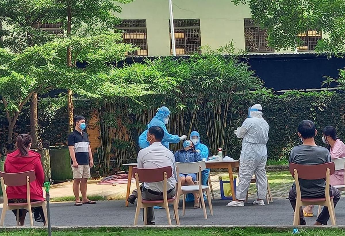 Cư dân chung cư Sunview đang được nhân viên y tế lấy mẫu, trưa 18/5. Ảnh: Hà An.