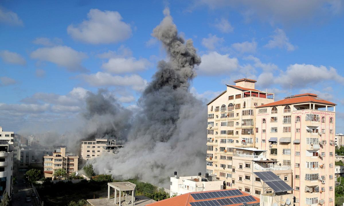 Khói mù mịt sau một cuộc không kích của Israel ở Dải Gaza hôm 17/5. Ảnh: Reuters.