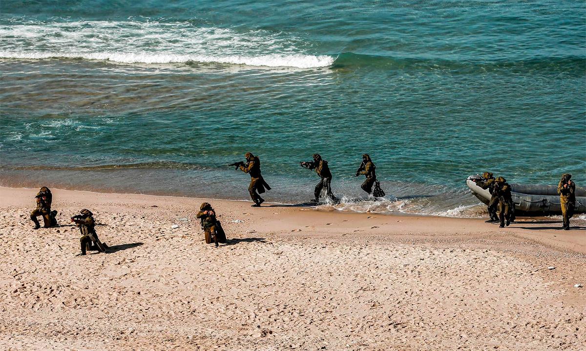 Thành viên Hamas và các nhóm dân quân Palestine khác huấn luyện tiến công đường biển tại Dải Gaza tháng 12/2020. Ảnh: AFP.