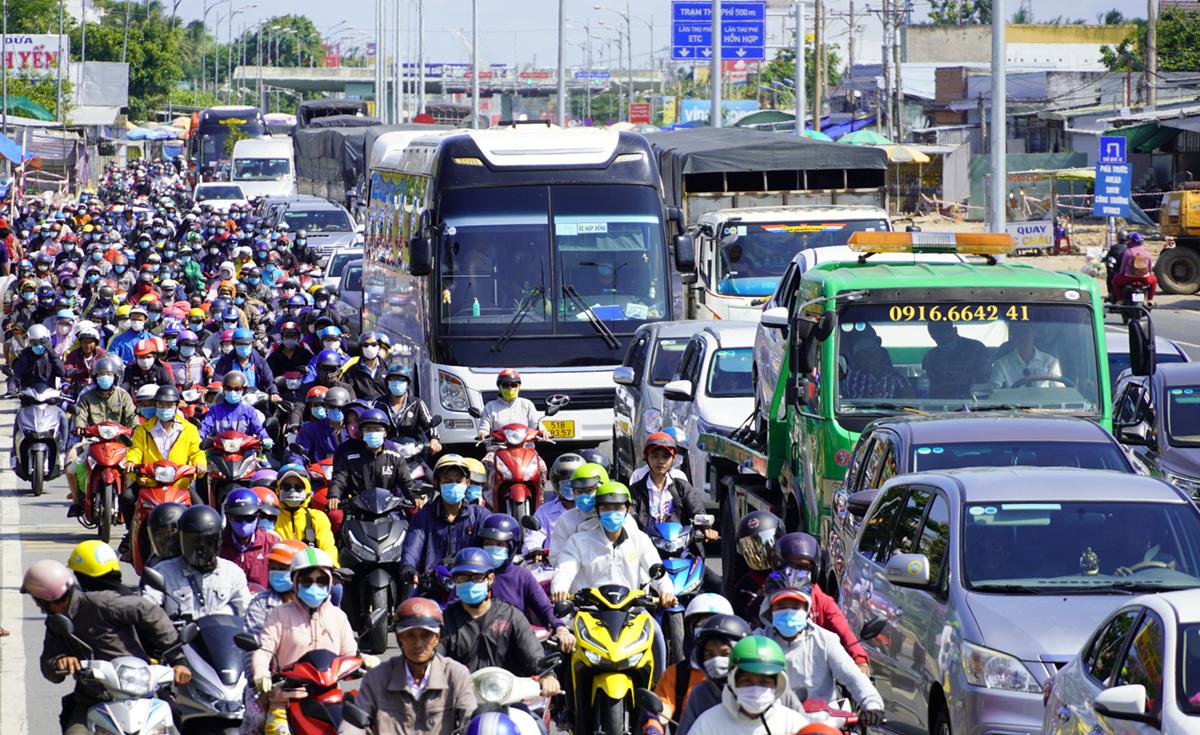 Kẹt xe khu vực trạm thu phí BOT cầu Rạch Miễu dịp lễ 30/4 vừa qua. Ảnh: Hoàng Nam