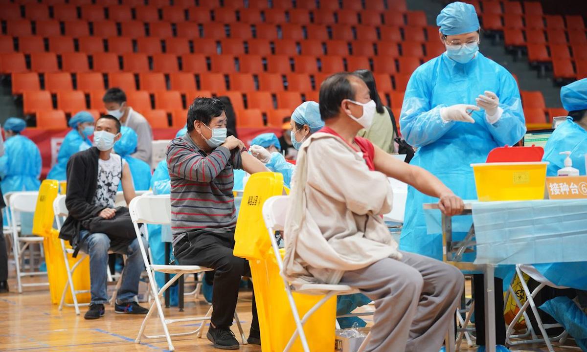 Một điểm tiêm chủng vaccine Covid-19 tại Côn Minh, tỉnh Vân Nam, Trung Quốc hồi tháng 4. Ảnh: Zuma Press.