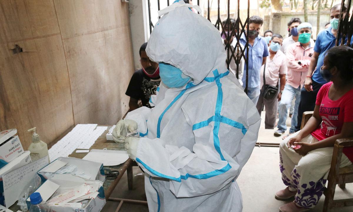 Nhân viên y tế chuẩn bị lấy mẫu xét nghiệm Covid-19 tại Tây Benga, Ấn Độ hôm 8/5. Ảnh: AP.