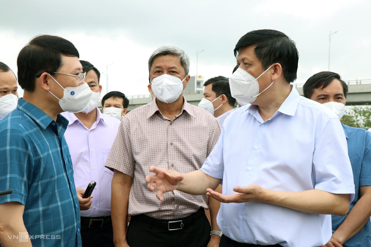 Đoàn công tác của Bộ Y tế cùng lãnh đạo Bắc Giang thị sát khu công nghiệp, sáng 18/5. Ảnh: Võ Hải
