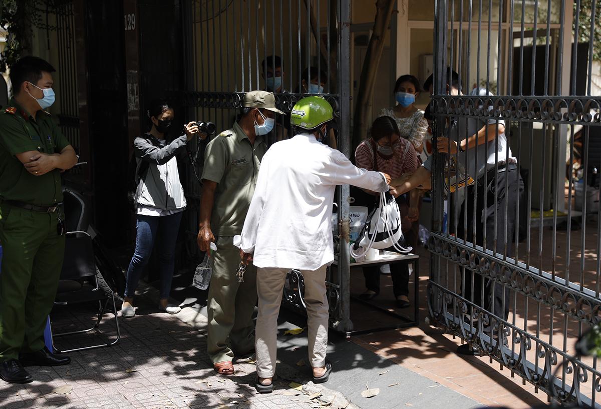 Tòa nhà trên đường Pasteur hạn chế ra vào, nhân viên được cung cấp thức ăn, đồ uống, trưa 18/5. Ảnh: Hữu Khoa.