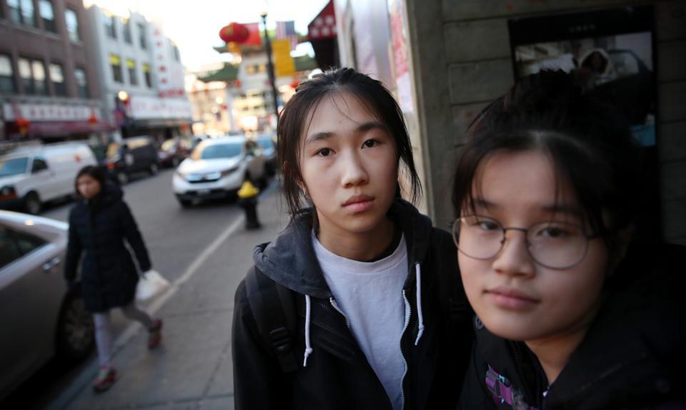 Hai học sinh Trung Quốc tại khu phố Hoa ở bang New Jersey, Mỹ hồi tháng 3/2020. Ảnh: Boston Globe.