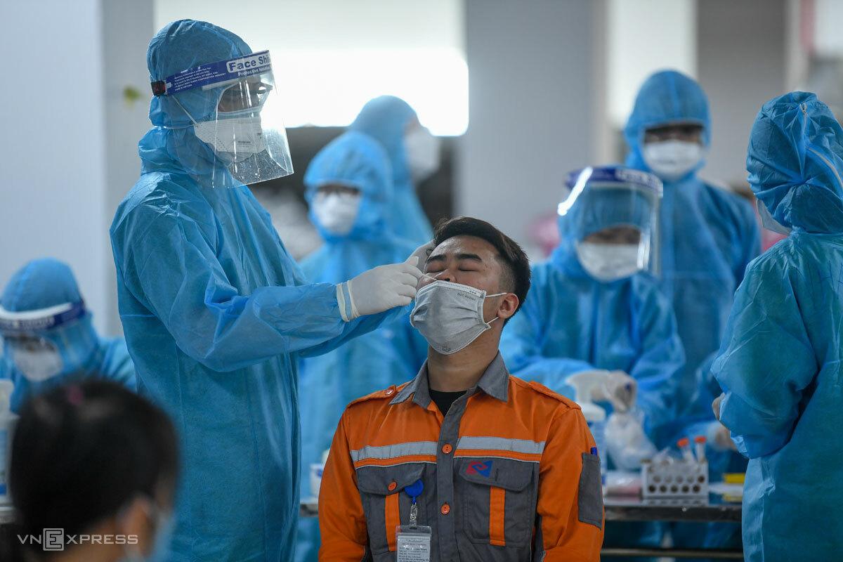Nhân viên y tế lấy mẫu xét nghiệm công nhân KCN Quang Châu, chiều 15/5. Ảnh: Giang Huy
