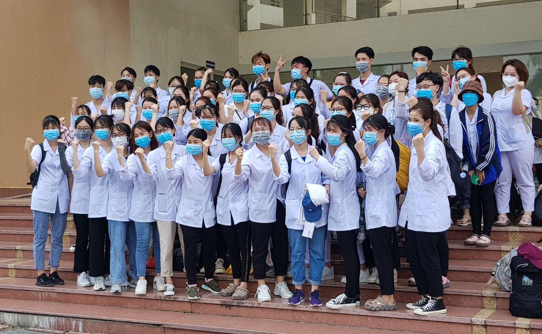 Sinh viên Đại học Kỹ thuật Y tế Hải Dương trước giờ lên đường đến Bắc Giang lấy mẫu xét nghiệm. Ảnh: CTV.
