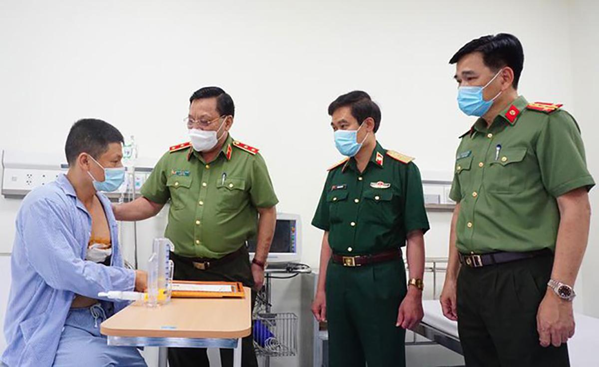 Giám đốc công an Hà Nội thăm tài xế bị đâm. Ảnh: Anninhthudo.