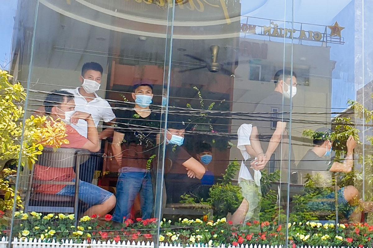 Nhiều người vỡ mộng đi xuất khẩu lao động, mất tiền và bị kẹt lại Đà Nẵng giữa mùa dịch. Ảnh: Đông Long.