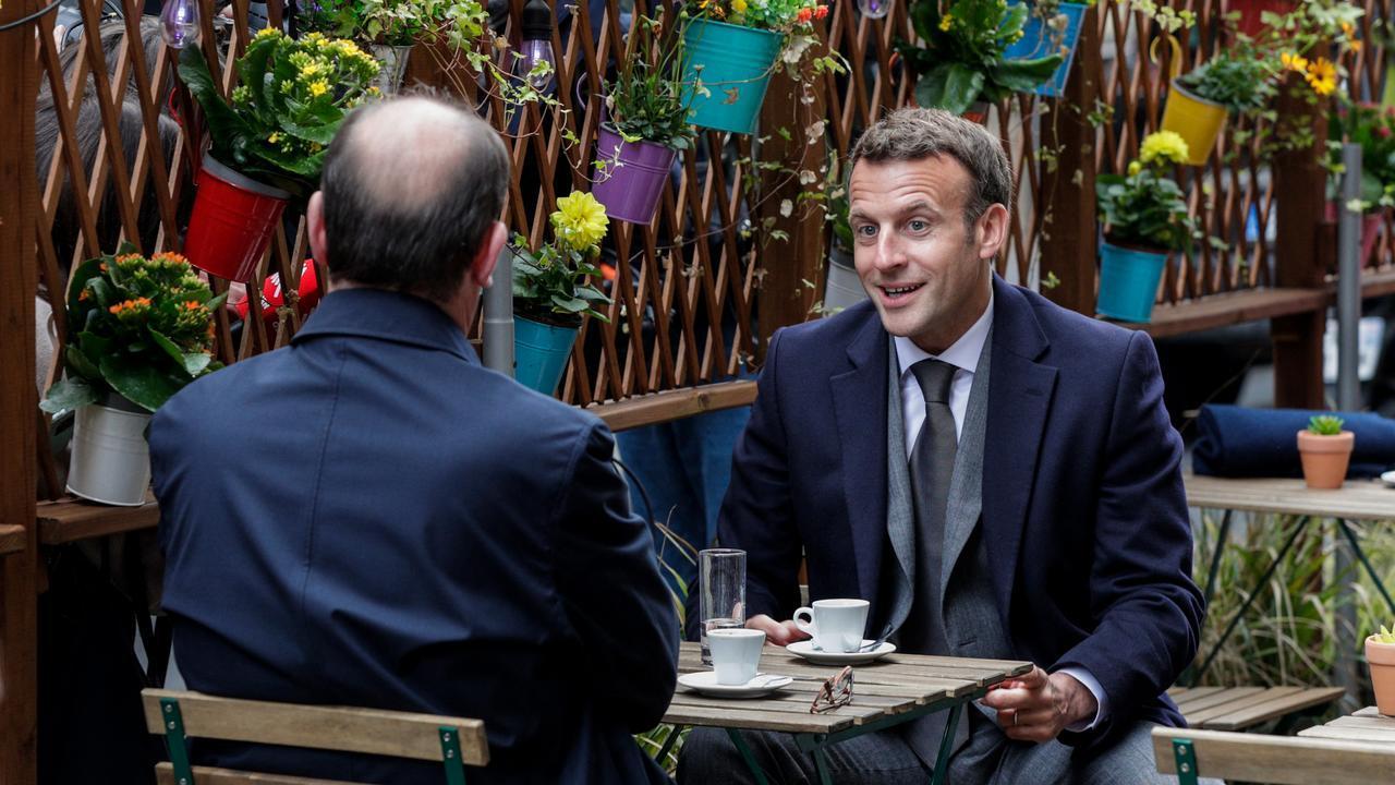 Tổng thống Pháp Emmanuel Macron (phải) uống cà phê cùng Thủ tướng Jean Castex tại Paris ngày 19/5. Ảnh: AFP.