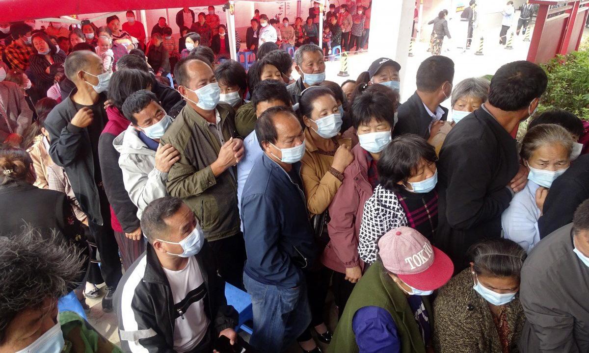 Người dân chen nhau xếp hàng tiêm vaccine tại một điểm tiêm chủng vùng nông thôn ở tỉnh An Huy hôm 13/5. Ảnh: AP.