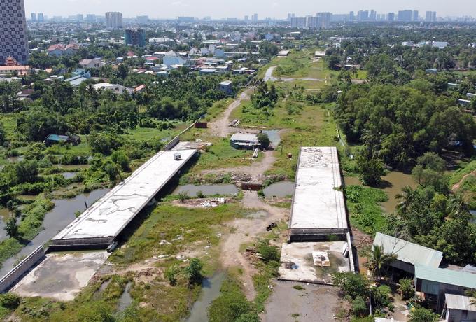 Tuyến Vành đai 2, đoạn từ đường Phạm Văn Đồng đến nút giao Gò Dưa, TP Thủ Đức, do vướng mắc về vốn nên chưa thể hoàn thành sau hơn 3 năm khởi công. Ảnh:Gia Minh.