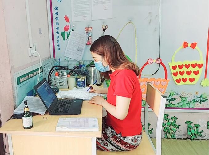 Để tất cả học sinh có thể tiếp cận được bài học, chị Hương thường phải mua thêm dung lượng để vừa dạy qua zoom và livestream. Ảnh: NVCC.