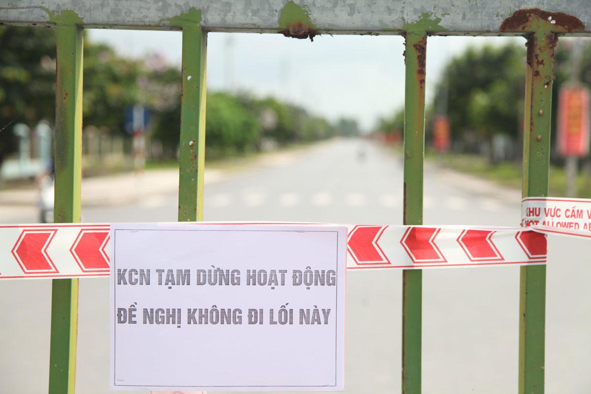 Thông báo trước cổng KCN Đình Trám (huyện Việt Yên) ngày 18/5 sau khi Bắc Giang cách ly xã hội huyện Việt Yên và tạm đóng cửa bốn khu công nghiệp. Ảnh: Hồng Chiêu