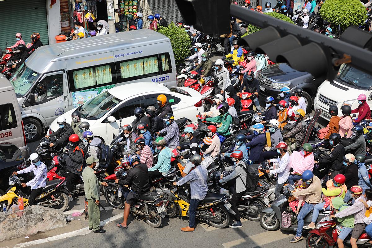 Kẹt xe ở khu vực gần cảng Cát Lát, TP Thủ Đức, tháng 4/2021. Ảnh: Quỳnh Trần.