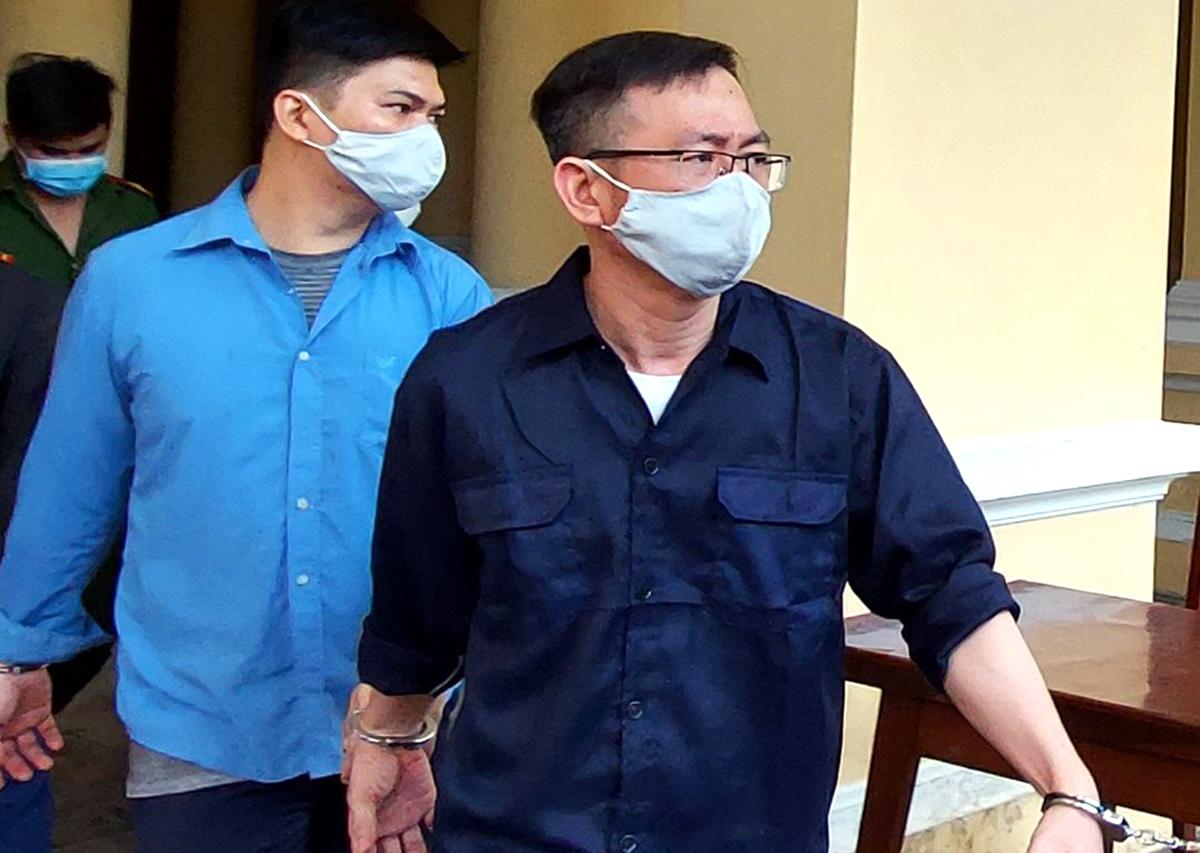 Bị cáo Thanh (đeo kính) sau phiên xử. Ảnh: CTV.