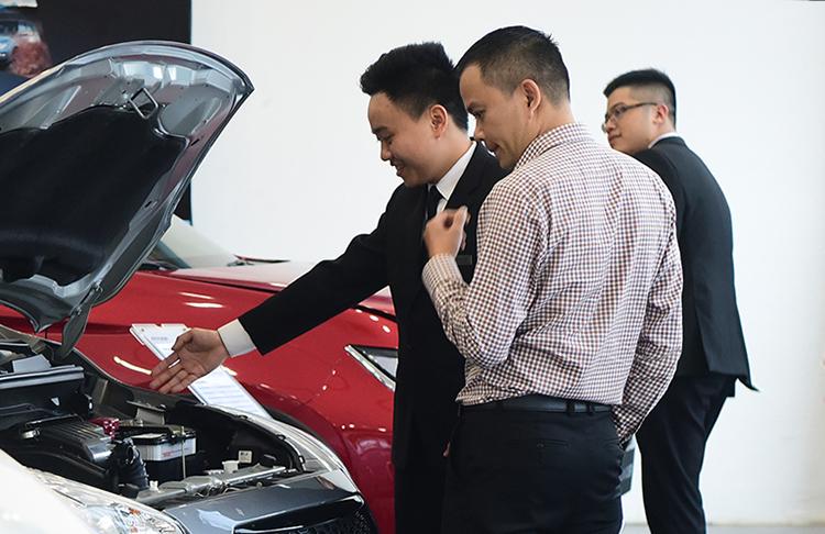 Khách hàng xem xe tại đại lý một hãng xe Nhật. Ảnh: Giang Huy