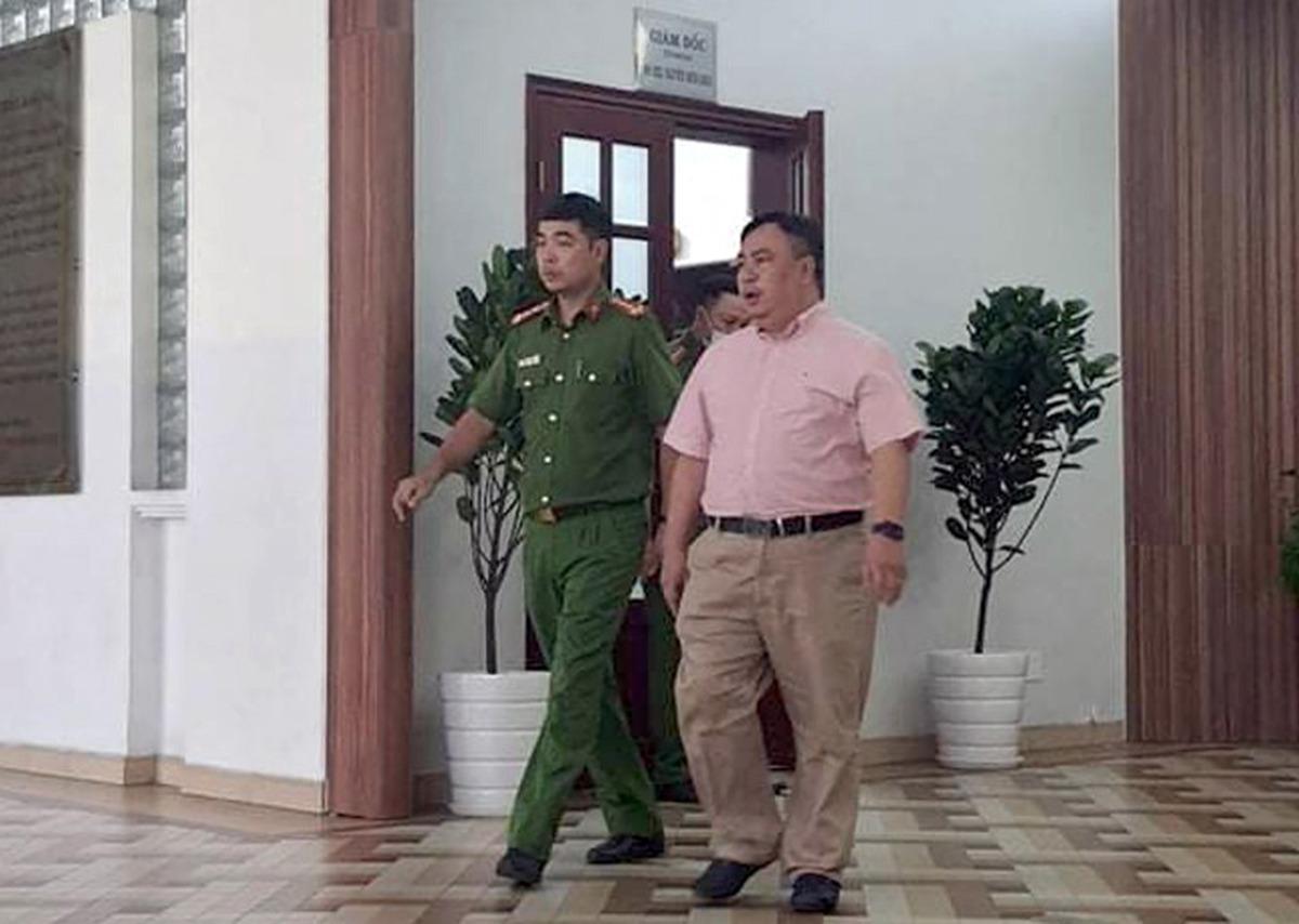 Ông Nguyễn Minh Khải (áo hồng) trong lần cơ quan điều tra khám xét nơi làm việc, ngày 4/11/2020. Ảnh: Văn Vũ.