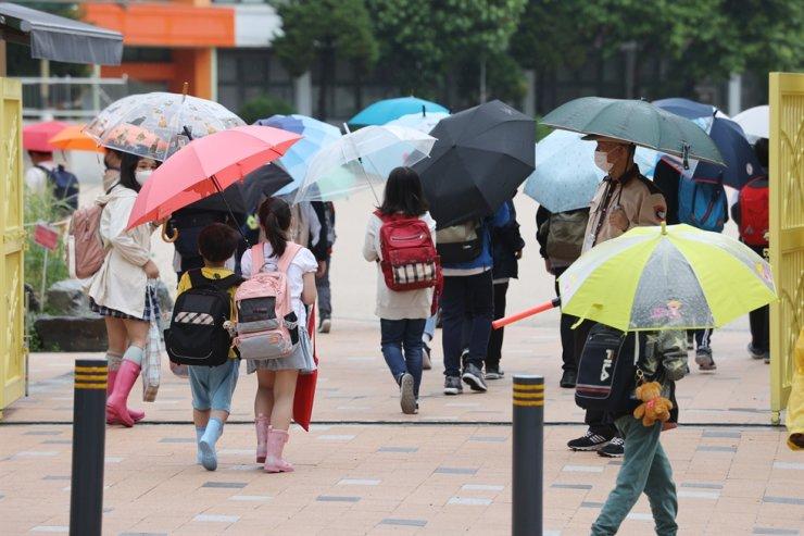 Học sinh một trường tiểu học ở Seoul đi học vào sáng 17/5. Ảnh: Yonhap