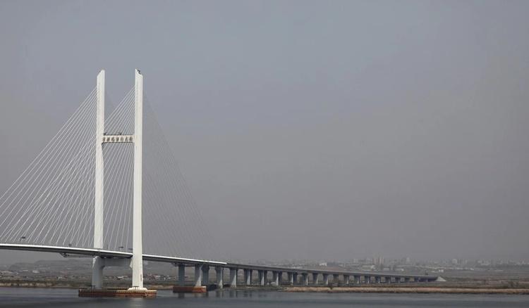 Cây cầu Áp Lục nhìn từ xa. Ảnh: Reuters.