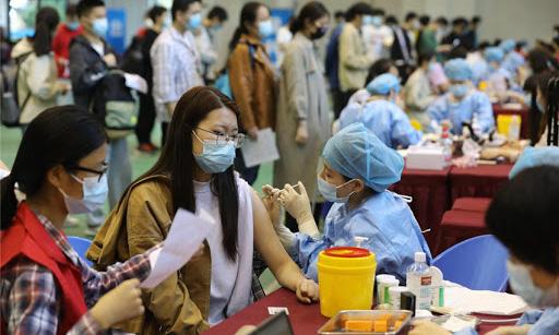 Một điểm tiêm chủng tại Đại học An Huy ở thành phố Hợp Phì ngày 17/5. Ảnh: China Daily.