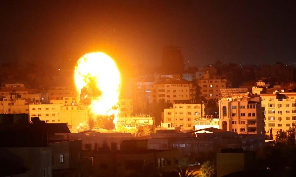 Lửa bùng lên từ các tòa nhà tại Dải Gaza khi Israel tiến hành không kích sáng 17/5. Ảnh:AFP.