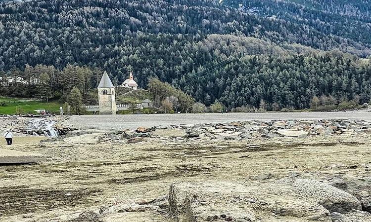 Tàn tích ngôi làng giữa hồ nước cạn trơ đáy. Ảnh: iStock.