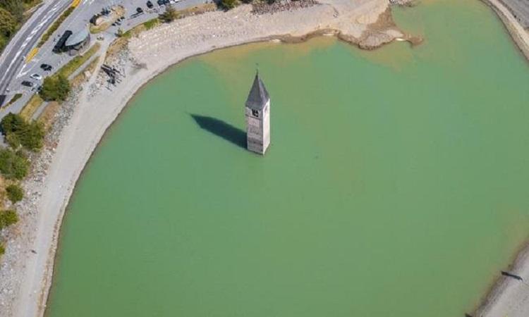 Tháp nhà thờ giữa hồ nước trước khi bị cạn. Ảnh: iStock.