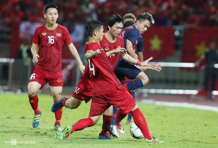 ชนาธิปถูกผู้เล่นเวียดนามสกัดกั้นในเกมเสมอไทย 0-0 ในเลกแรก  ภาพ: ลำทอ