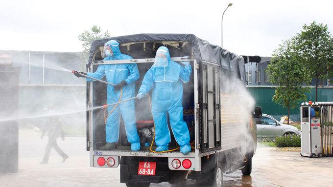 Lực lượng chức năng phun khử khuẩn khu công nghiệp Quang Châu, huyện Việt Yên, tỉnh Bắc Giang, ngày 18/5. Ảnh: Đức Trọng