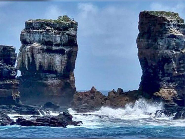 Vòm đá Darwins Arch khi sụp đổ. Ảnh: Bộ Môi trường Ecuador.