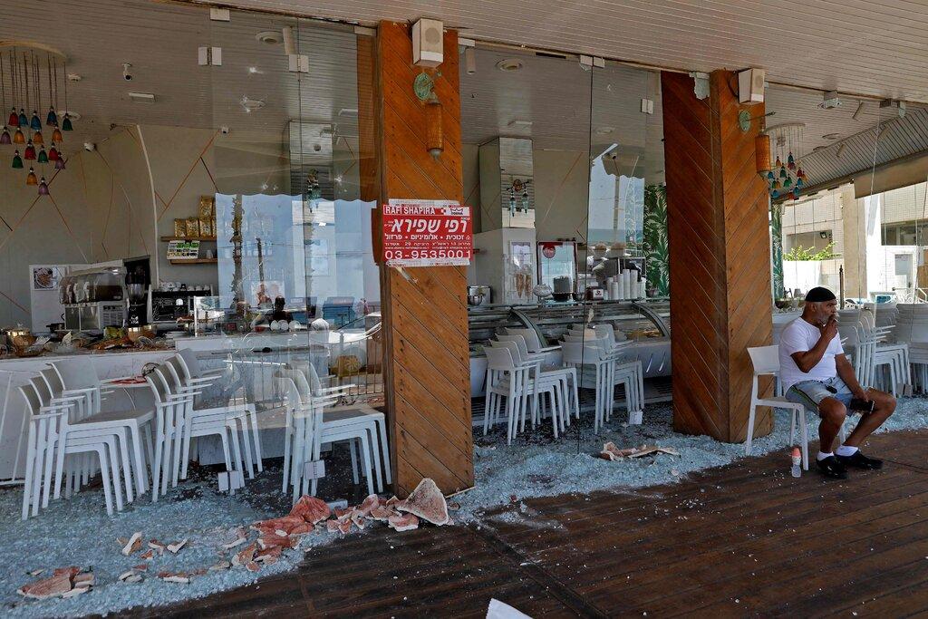 Cửa hàng bị đập phá vào tuần trước ở Bat Yam. Ảnh: AFP.