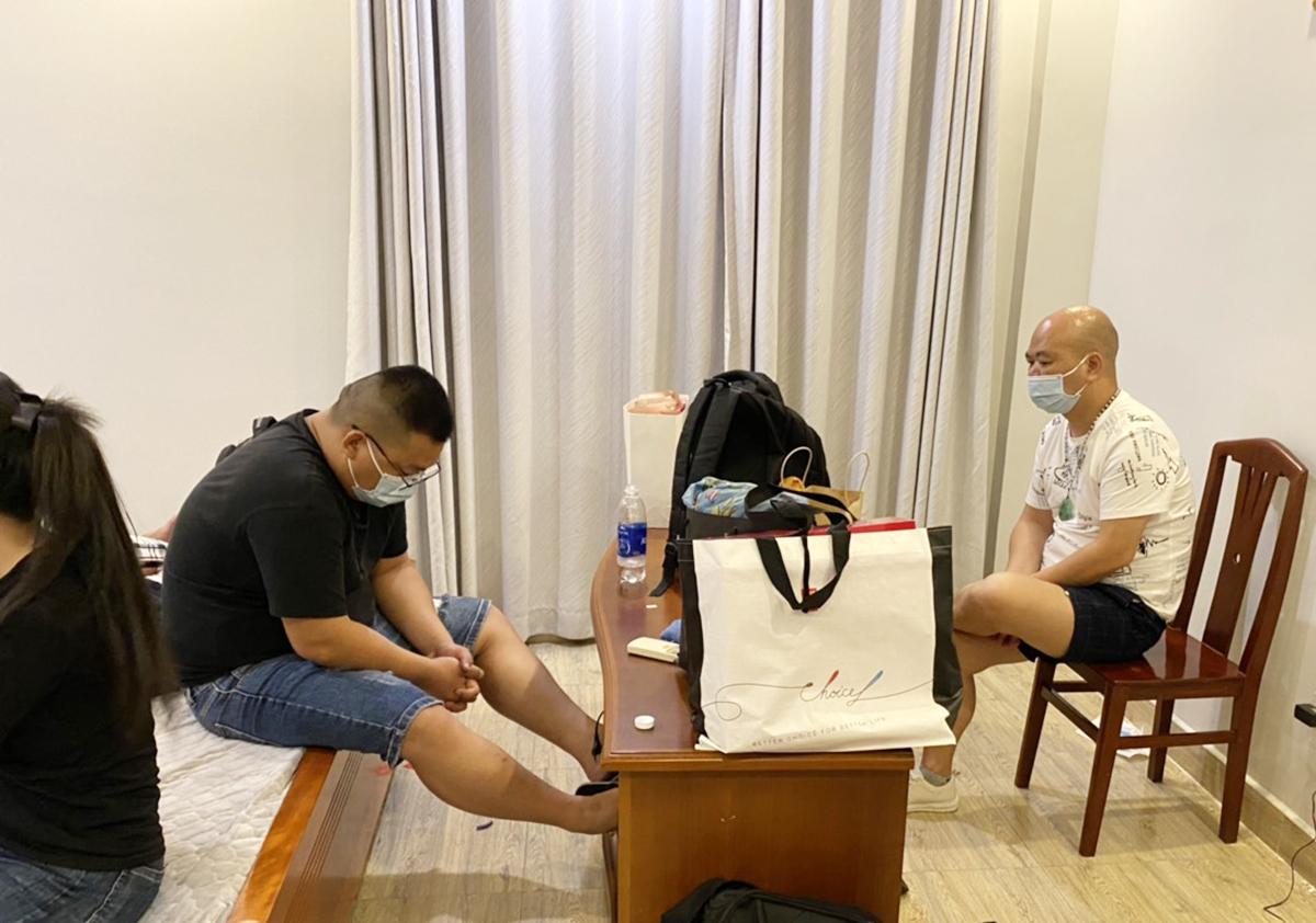 Người Trung Quốc nhập cảnh trái phép bị phát hiện trong biệt thự. Ảnh: Nhật Vy.