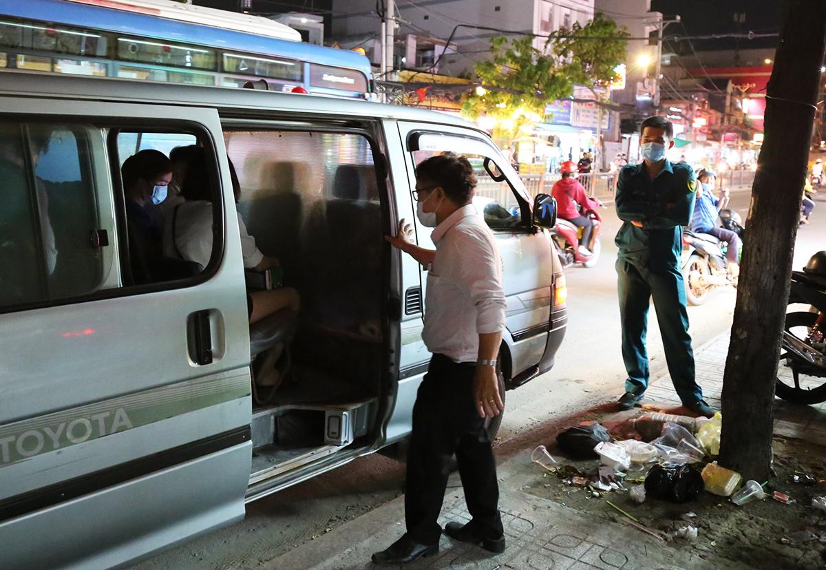 Nhân viên phòng khám Quang Trung được đưa đi cách ly, tối 20/5. Ảnh: Đình Văn.