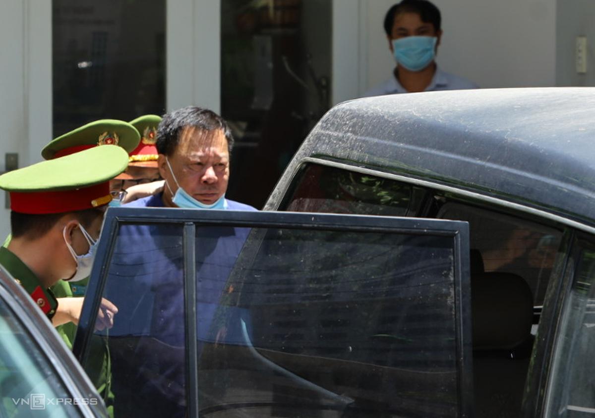 Ông Võ Tuấn Thái bị đưa về cơ quan điều tra sau buổi khám xét nơi từng làm việc ở Sở Tài nguyên - Môi trường. Ảnh: Xuân Ngọc.