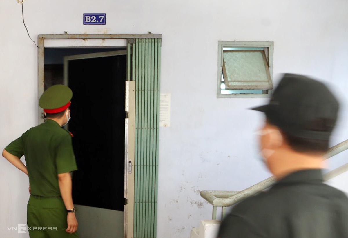 Cơ quan điều tra khám xét nơi ở của cựu Giám đốc Sở Tài nguyên - Môi trường Võ Tấn Thái. Ảnh: Xuân Ngọc.